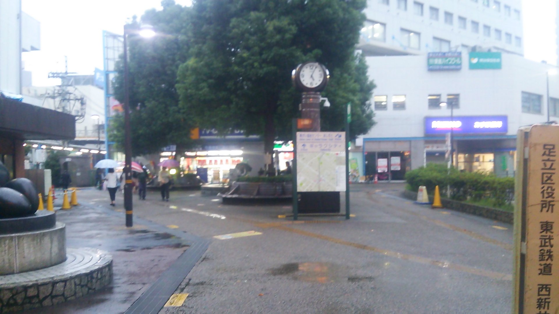 西新井駅を出た所